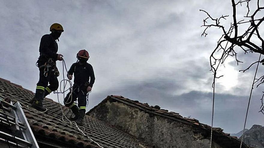 Los bomberos retiran elementos peligrosos de una vivienda en Berodia (Cabrales)
