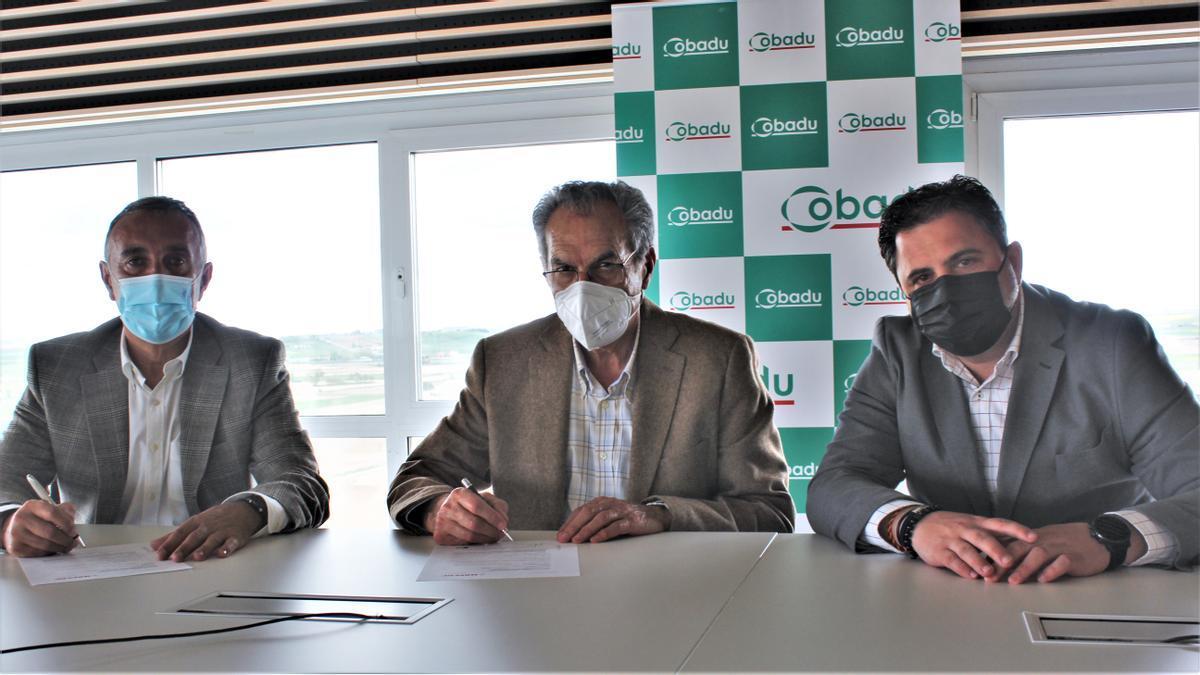 Antonio Vigil Escalera, Rafael Sánchez Olea y Oscar González firman el acuerdo en las instalaciones centrales de Cobadu.