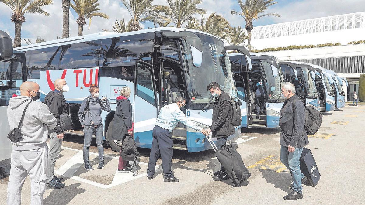 Turistas alemanes subiendo a los autobuses para ir a sus hoteles. MANU MIELNIEZUK