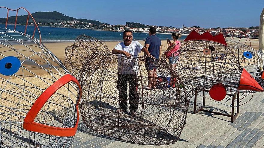 """El artista René de la Jara, con sus nuevos peces y la gallina """"tragaplásticos""""."""