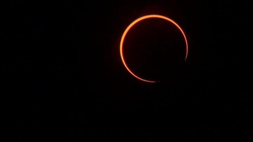 El último eclipse del año asombra y emociona en Asia