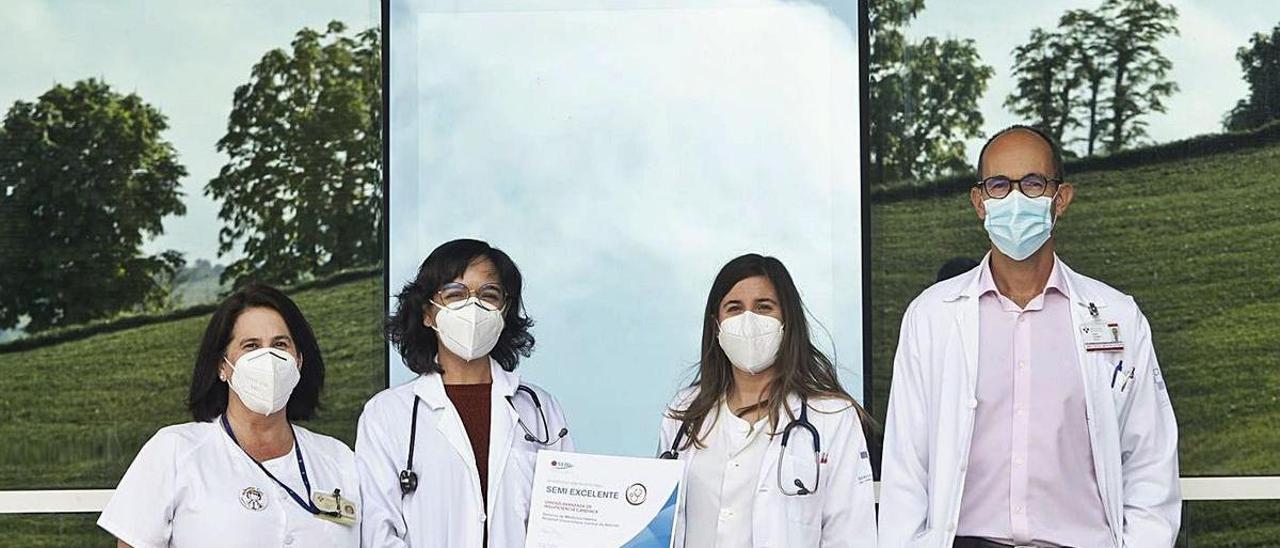Desde la izquierda, Eva García Marina (enfermera) y los especialistas en Medicina Interna Elisa Rodríguez Ávila, Elena Aguirre Alastuey y Álvaro González Franco.  