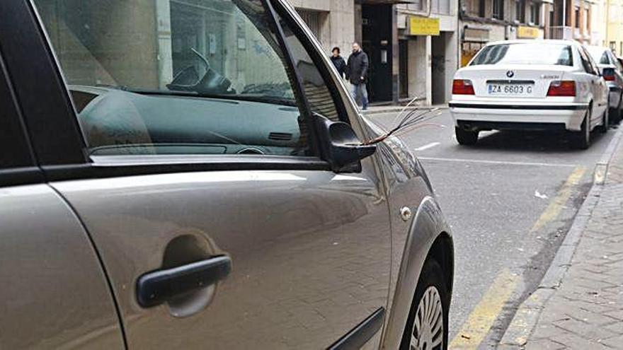 Gamberros destrozan los retrovisores de varios coches en Diego de Losada