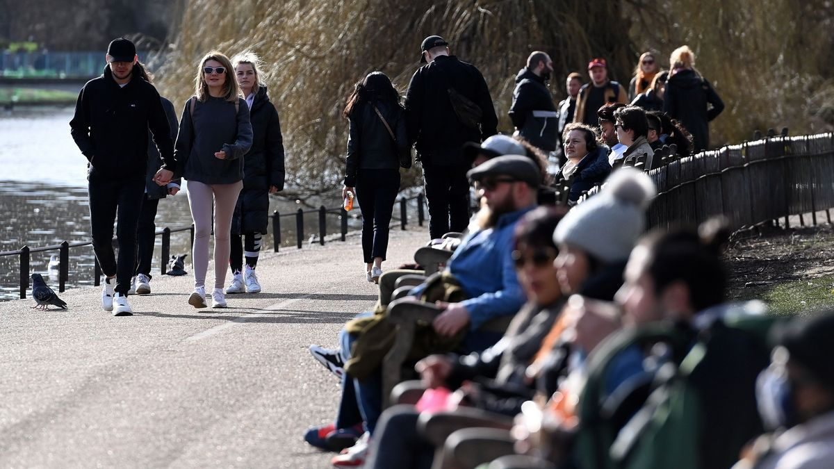 Gente pasea por un parque de Londres.