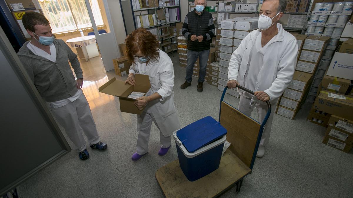 Llegada de las primeras dosis de la vacuna Moderna al Hospital de San Vicente