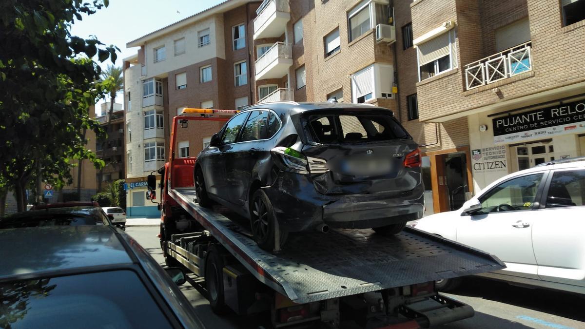 Uno de los coches es retirado por la grúa.