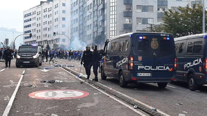 Dos detenidos y varios heridos tras una carga policial contra la afición del Oviedo