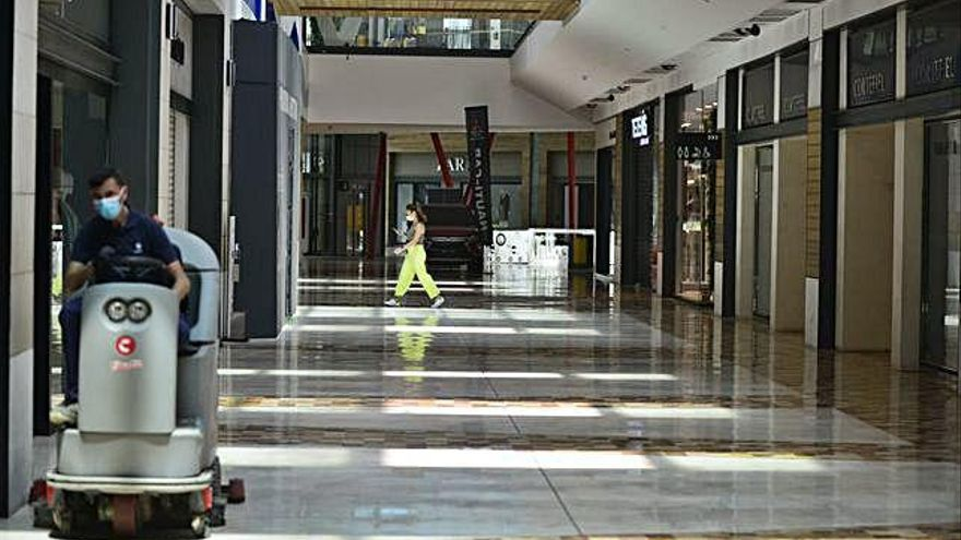 Redoblan la limpieza y la seguridad de los centros comerciales para reabrir el lunes