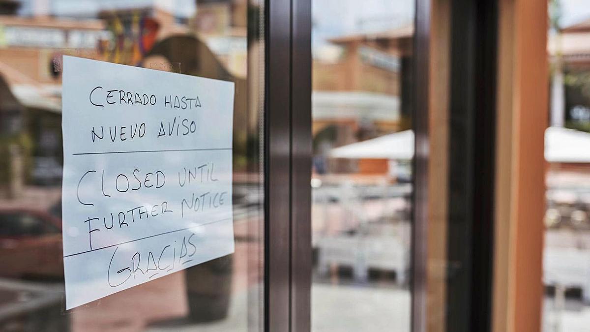 El cartel de 'Cerrado hasta nuevo aviso' de un hotel del sur de Tenerife.