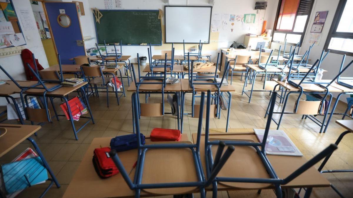Un aula vacía por casos confirmados de covid-19.