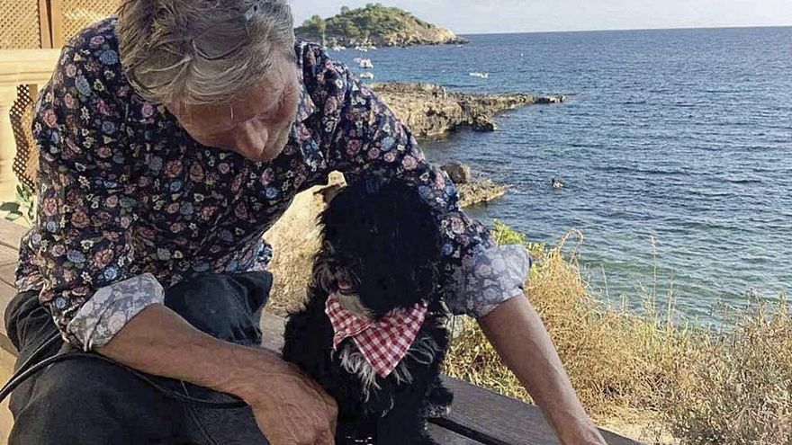 Mads Mikkelsen posa con su perro Messi en su casa de Mallorca