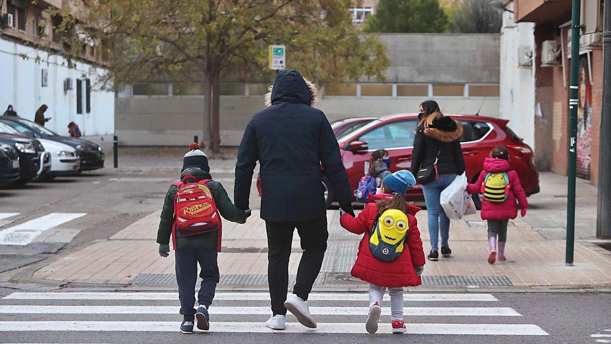 Padres acudiendo a recoger a los niños con sus coches. | J.M. LÓPEZ
