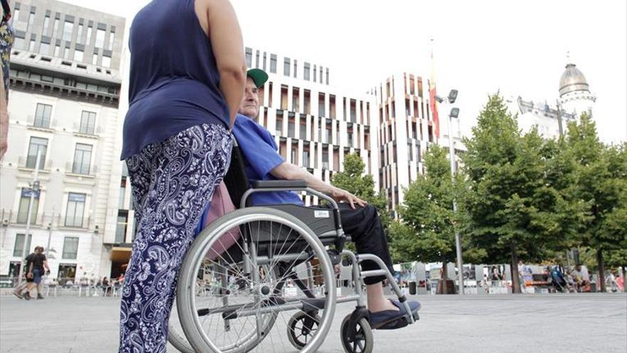 El sueldo de las cuidadoras aragonesas, por debajo de los mil euros