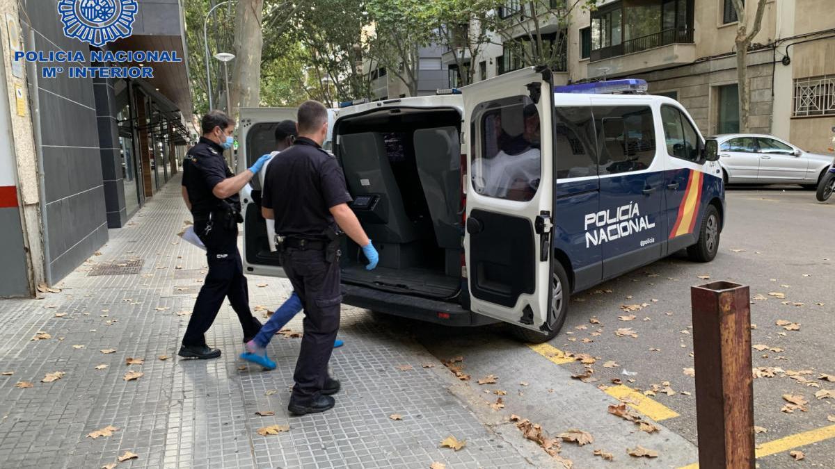 Agentes de la Policía Nacional trasladan al presunto atracador.