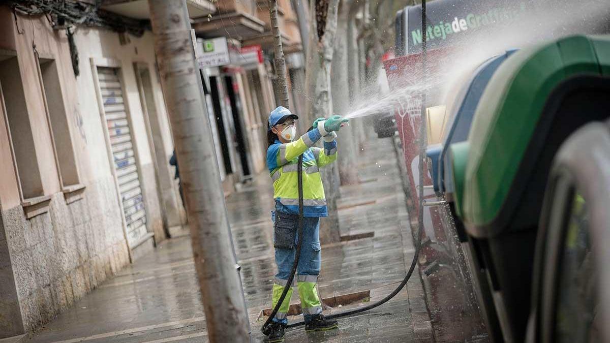 Una empleada de Emaya limpiando las calles de Palma con lejía durante el estado de alarma por el coronavirus.