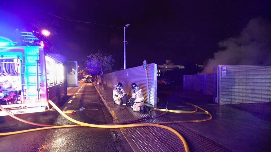 La investigación del incendio que afectó a 12 coches en Ibiza sigue adelante