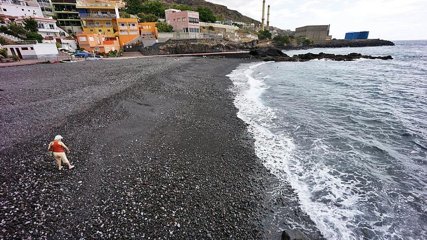 Las playas de la comarca siguen cerradas a la espera de los análisis