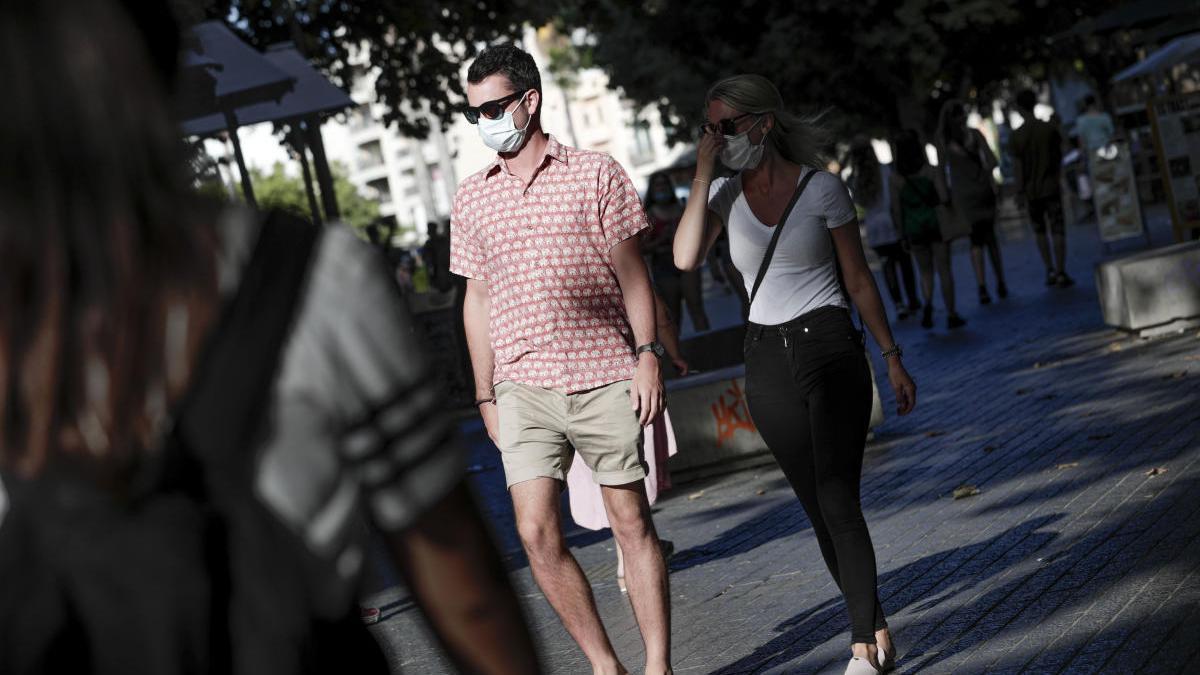 Calvià multa a un centenar de personas por ir sin mascarilla