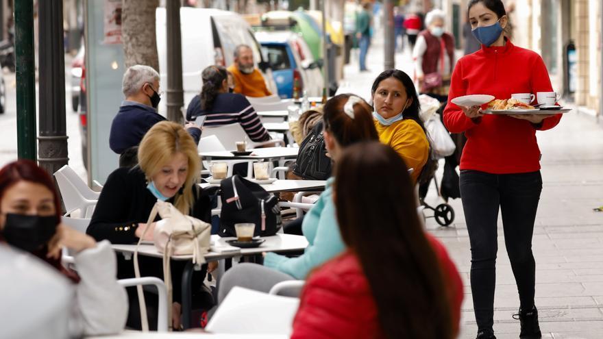 Las terrazas de bares y restaurantes ya han abierto en 16 municipios