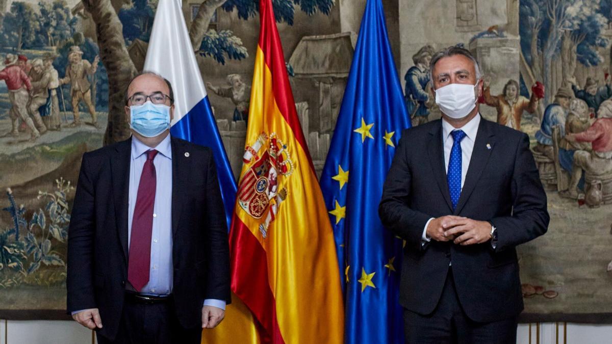 Ángel Víctor Torres (derecha), en su encuentro con Miquel Iceta, ministro de Política Territorial.