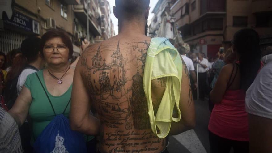Un matrimonio unido por la patrona y una espalda tatuada con la imagen