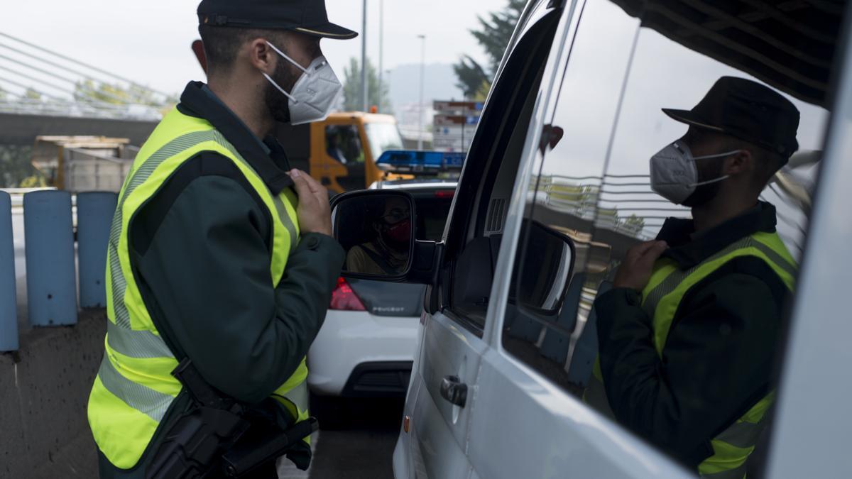 Control de la Guardia Civil en una carretera de Ourense. / Brais Lorenzo