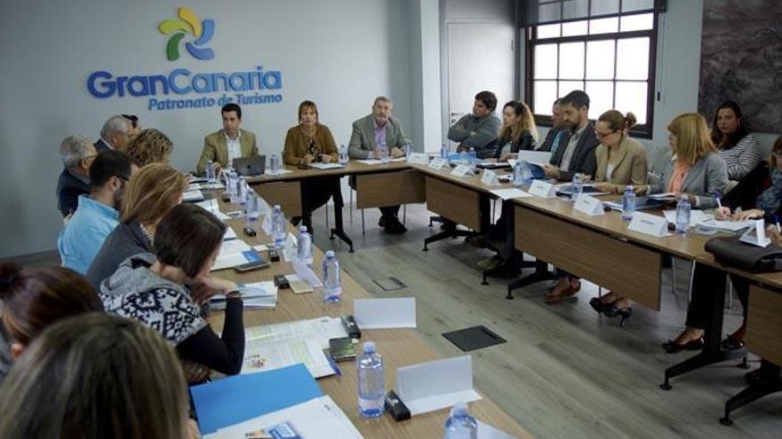 El Cabildo pide colaboración a los 21 municipios para mejorar los servicios turísticos