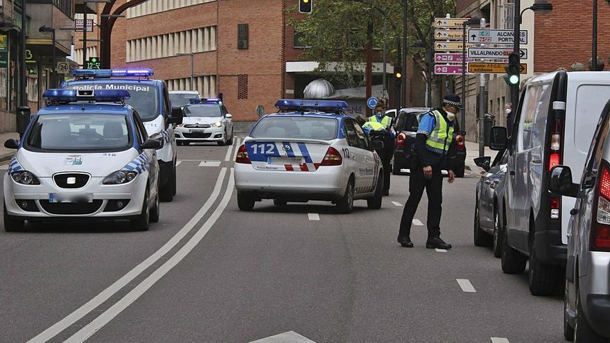 Agentes municipales durante un control en la avenida Alfonso IX de la capital. | Emilio Fraile