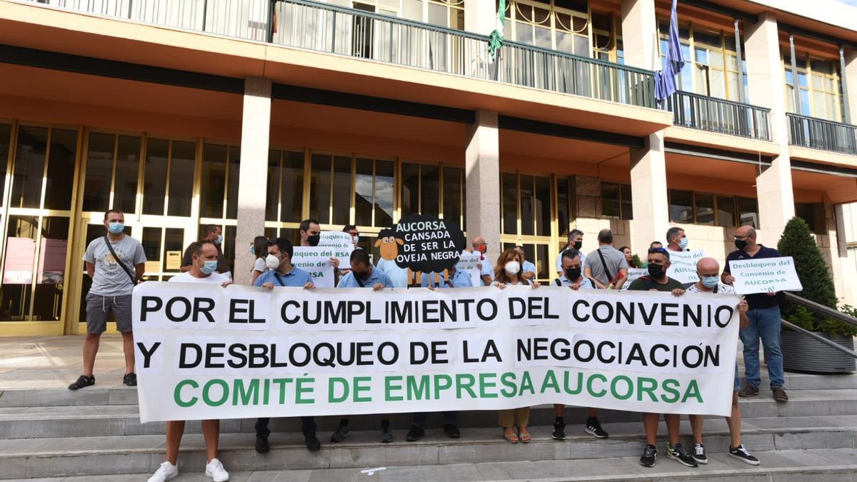 Concentración de los trabajadores de Aucorsa a las puertas del Ayuntamiento.