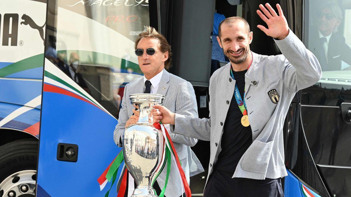 Mancini y Chiellini llevan el trofeo de Italia al palacio del Quirinal