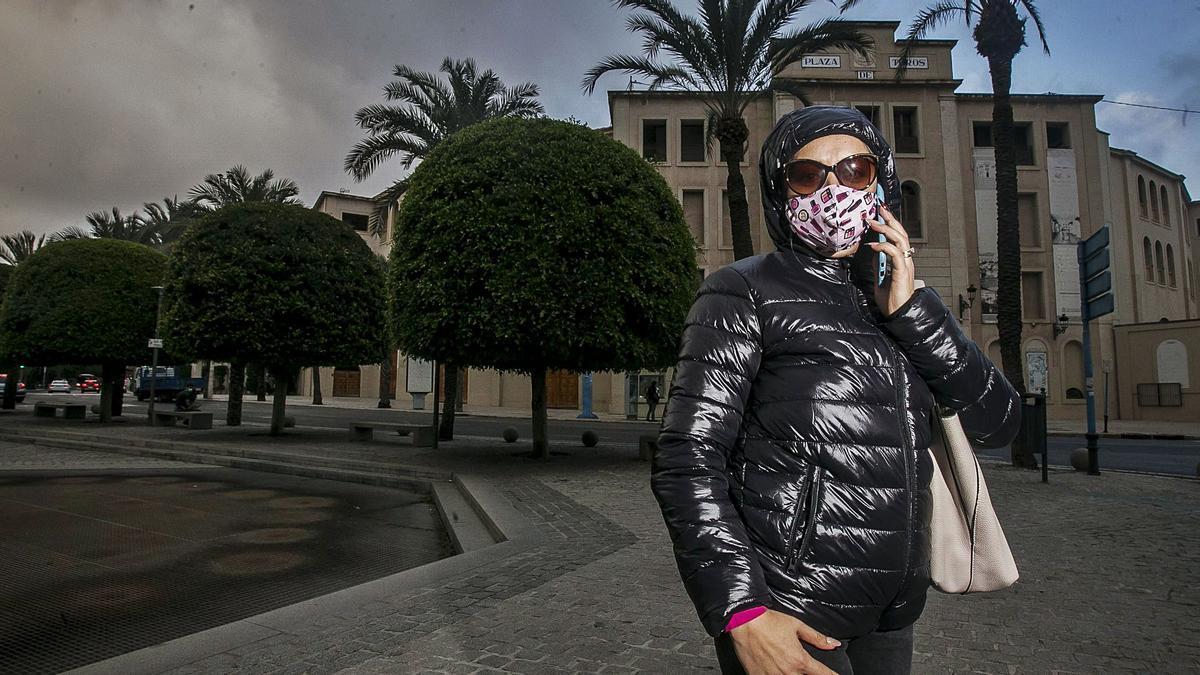 Una de las mujeres en contexto de prostitución de Alicante, bajo el pseudónimo de Sara,  explica la situación actual del colectivo tras la irrupción de la pandemia. | HÉCTOR FUENTES