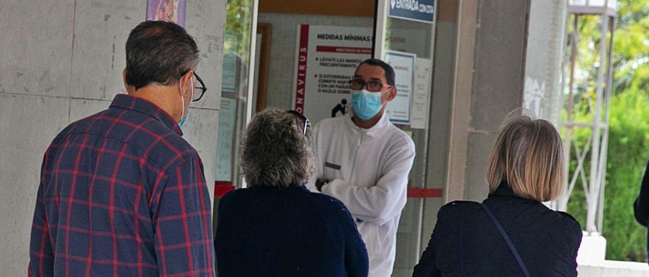 Pacientes esperan a ser atendidos a las puertas de un centro de salud de Alicante.
