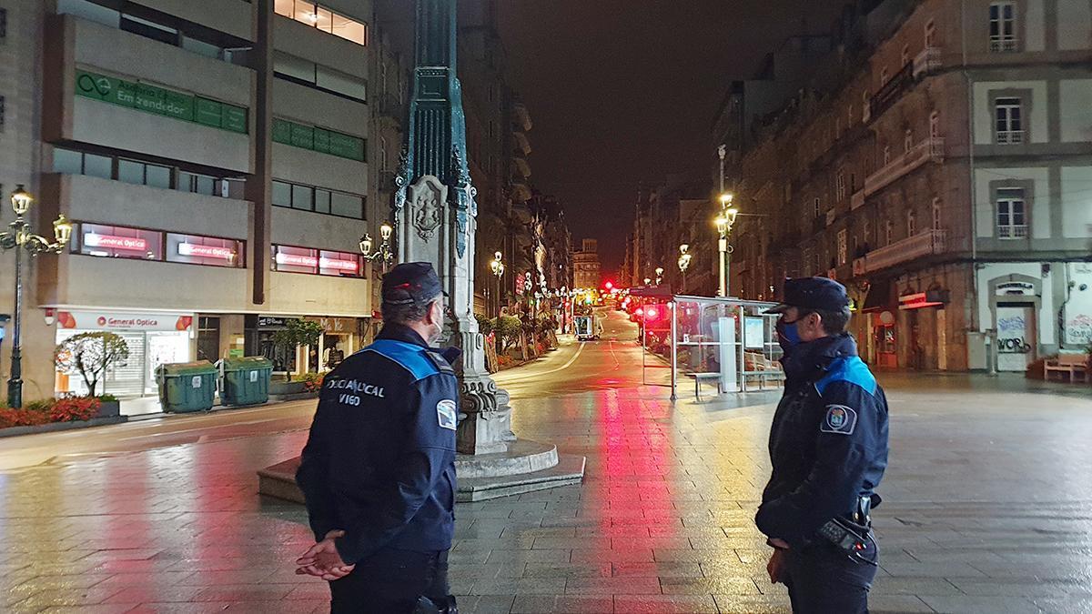 Dos policías controlan el toque de queda en el centro de Vigo