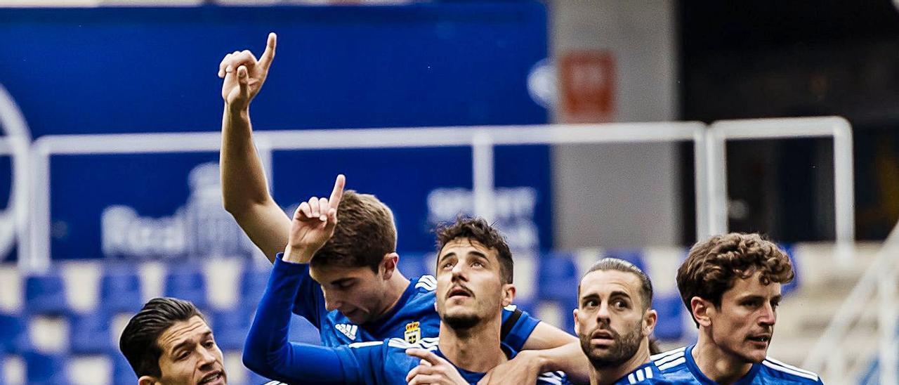 Nieto, Edgar, Tejera, Rodri y Sangalli señalan al cielo en honor a Francesc Arnau tras el gol ante el Mirandés.   LaLiga