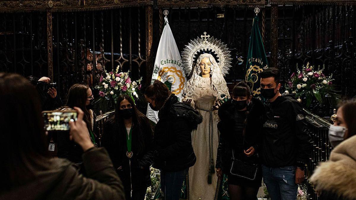Los devotos aprovecharon para rezar y sacarse fotos con la Virgen de la Esperanza, situada a ras de suelo, frente al Coro de la Catedral.