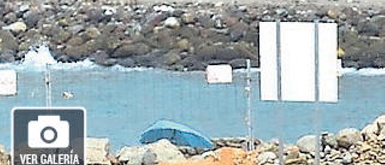 Los vecinos de Tauro atribuyen a Anfi que la marea entre en sus casas
