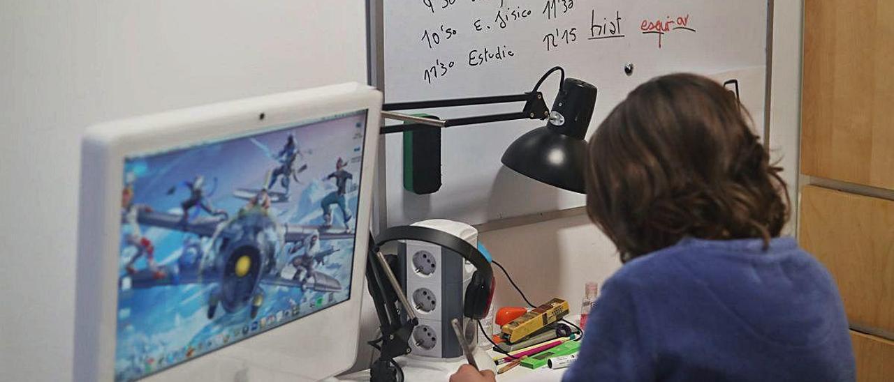 Un alumno estudia en casa, durante el confinamiento que obligó a suspender las clases presenciales.