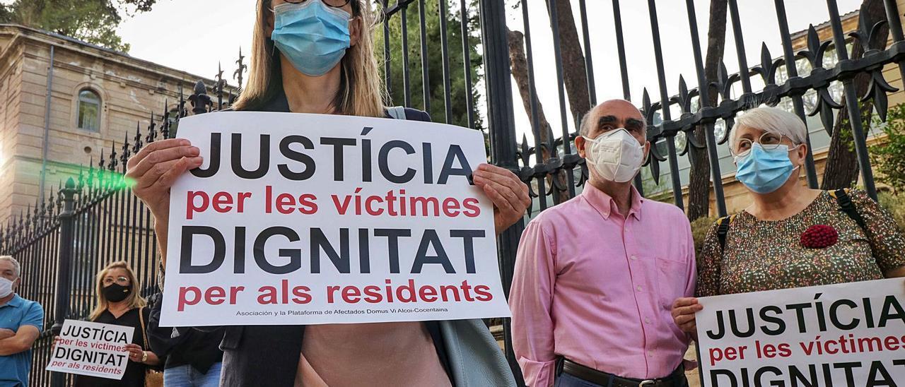 Concentración realizada por familiares de afectados a las puertas de la residencia de mayores de Oliver, en Alcoy. | JUANIR UZ
