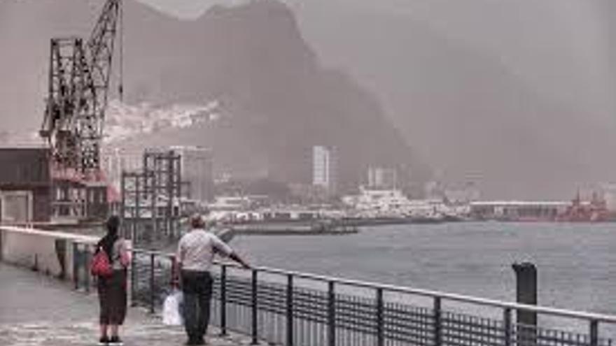 La calima sigue en Canarias, en un martes con nubes y algún viento fuerte