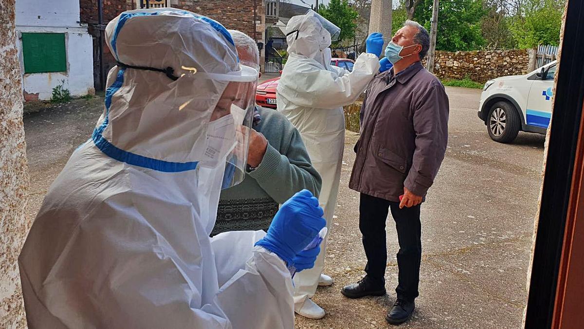 Cribado para detectar enfermos de coronavirus realizado ayer a los vecinos de Calabor. | Araceli Saavedra