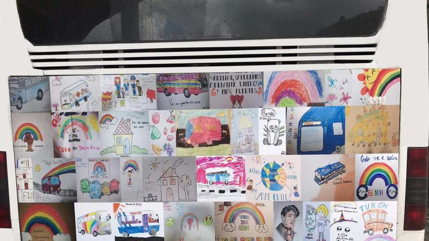 Los autobuses de Mieres lucen dibujos y mensajes de los pequeños