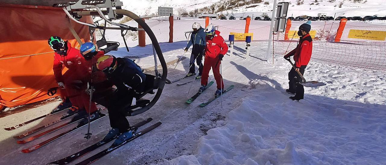 Esquiadores cogen un remonte  en Fuentes de Invierno. | A. Velasco