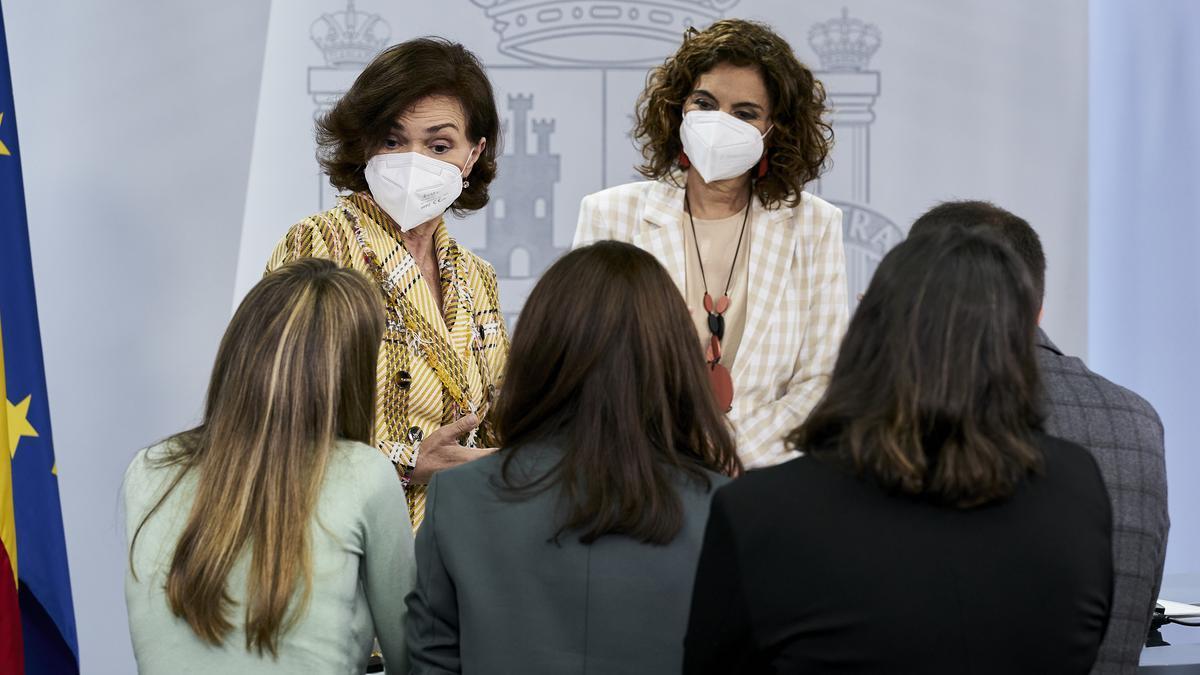 La vicepresidenta primera, Carmen Calvo (i), y la ministra portavoz, María Jesús Montero.