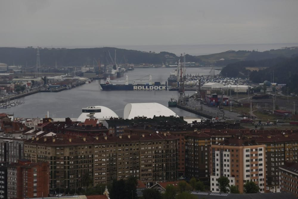 La espectacular carga de un barco en Avilés