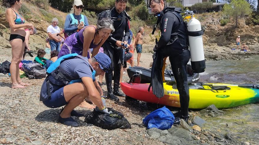Tres entitats de la Mar d'Amunt recullen 30 Kg de brossa de la cala l'Alguer