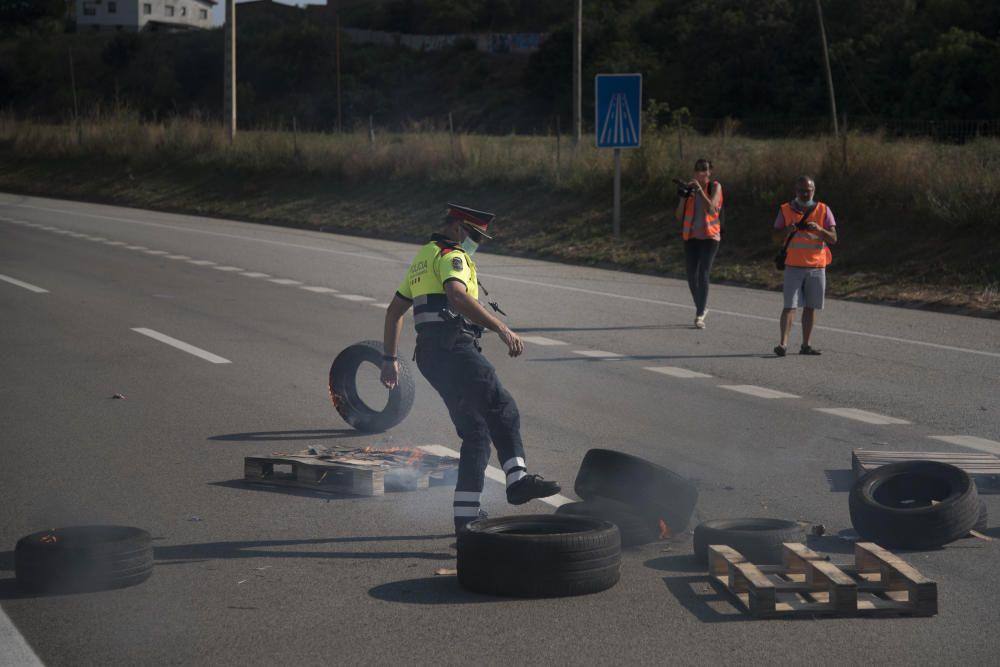 Els treballadors de Montajes Rus cremen pneumàtics i tallen la C-16