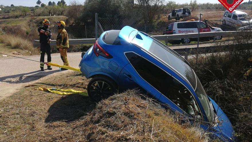 Rescatan a la conductora de un vehículo antes de caer por un barranco