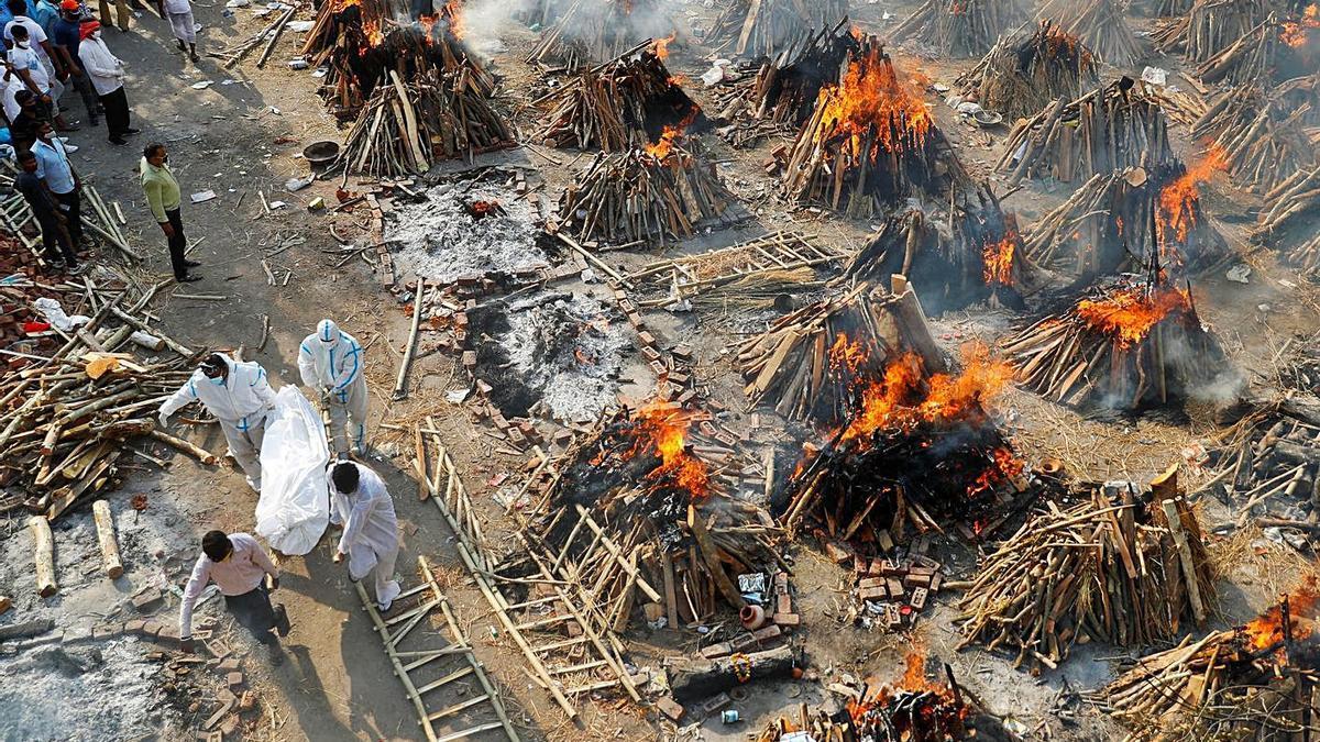 Cremaciones masivas de cadáveres de personas con covid, ayer en Nueva Delhi.   REUTERS/ADNAN ABIDI