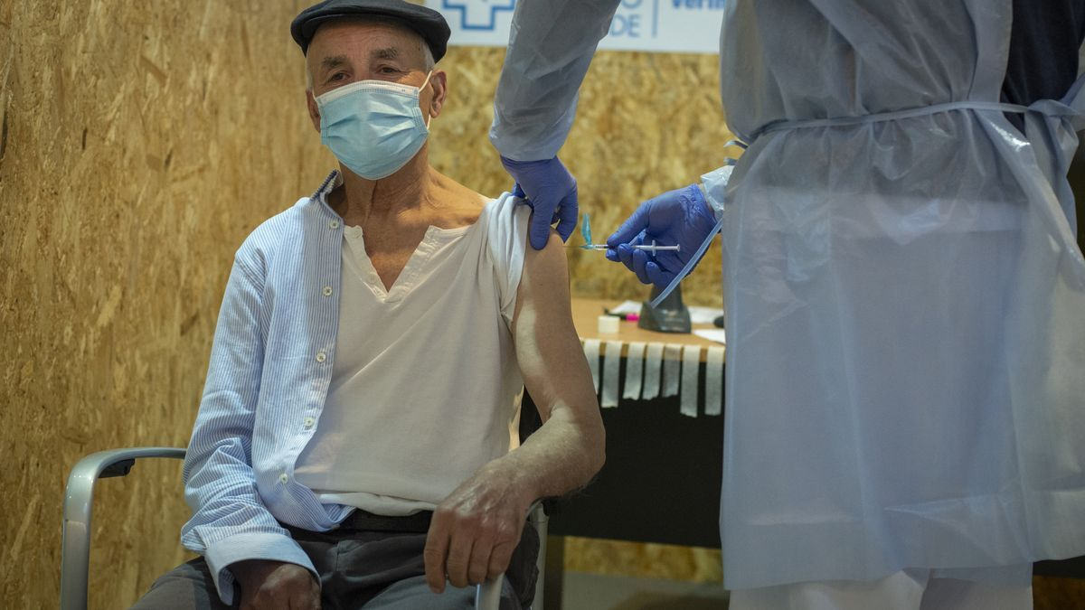 Un hombre recibe la vacuna contra el COVID-19 en Ourense.