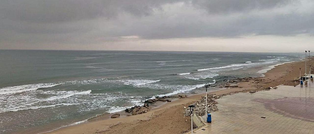 La playa de Bellreguard, donde aún se aprecian los efectos de «Gloria», en una imagen de este mes de abril.